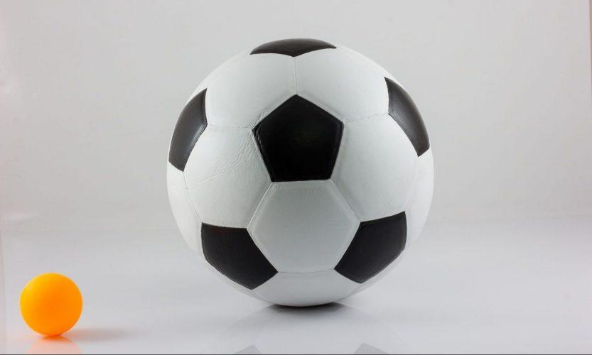 サッカーボールと卓球ボール