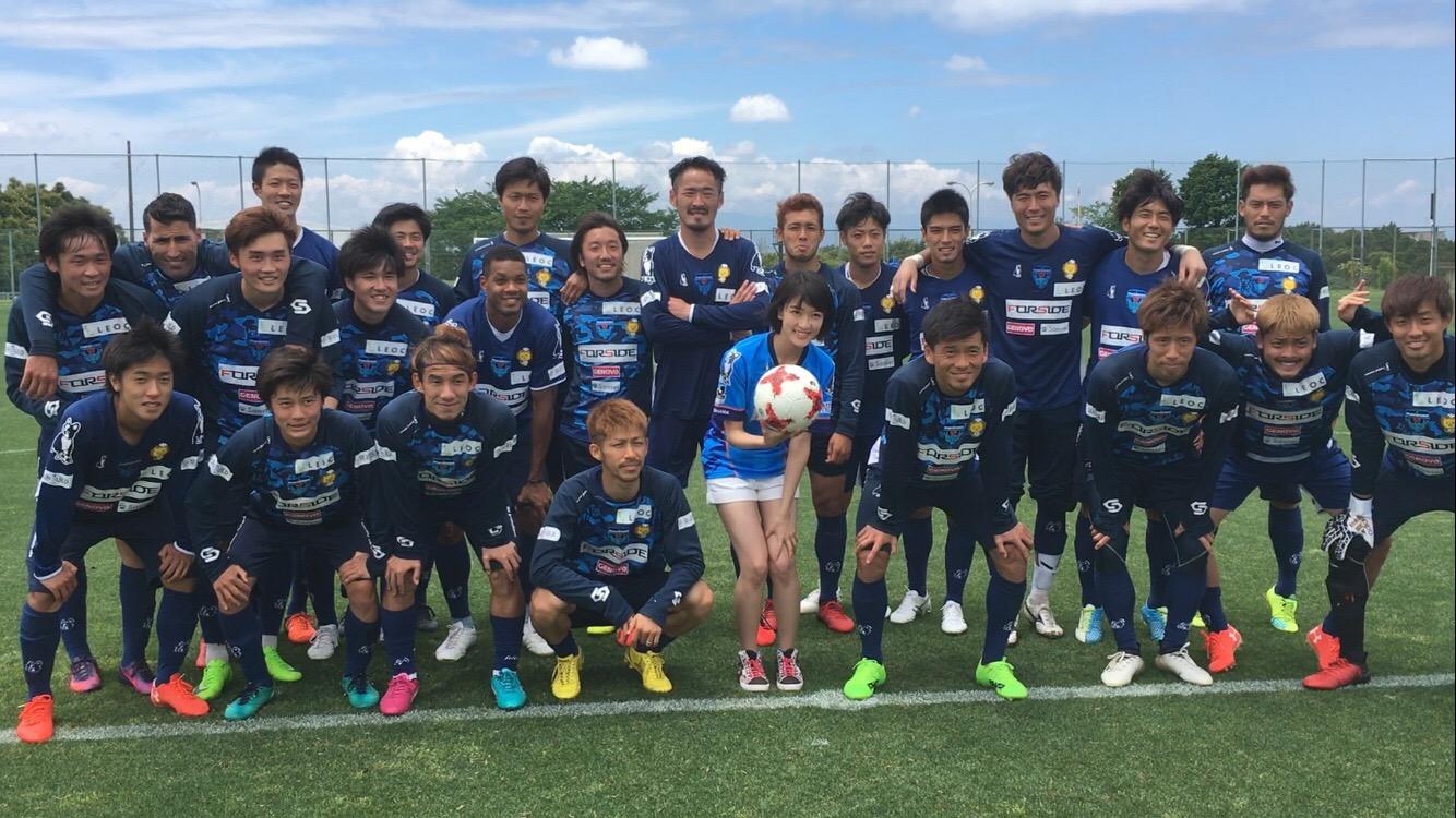 横浜FCの選手と眞嶋優さん
