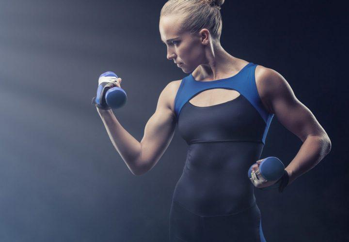 体を鍛える女性