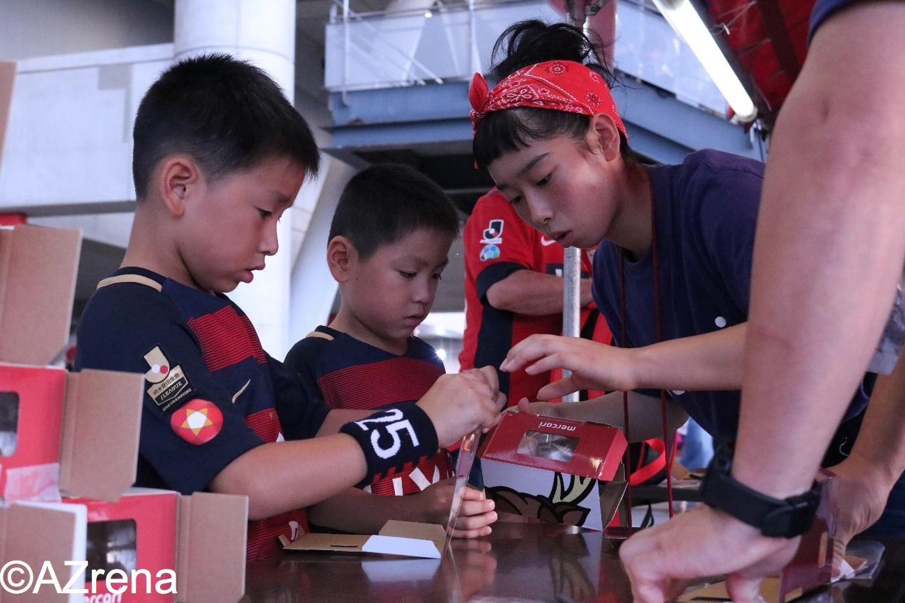 オリジナルVRキットを組み立てる子供たち