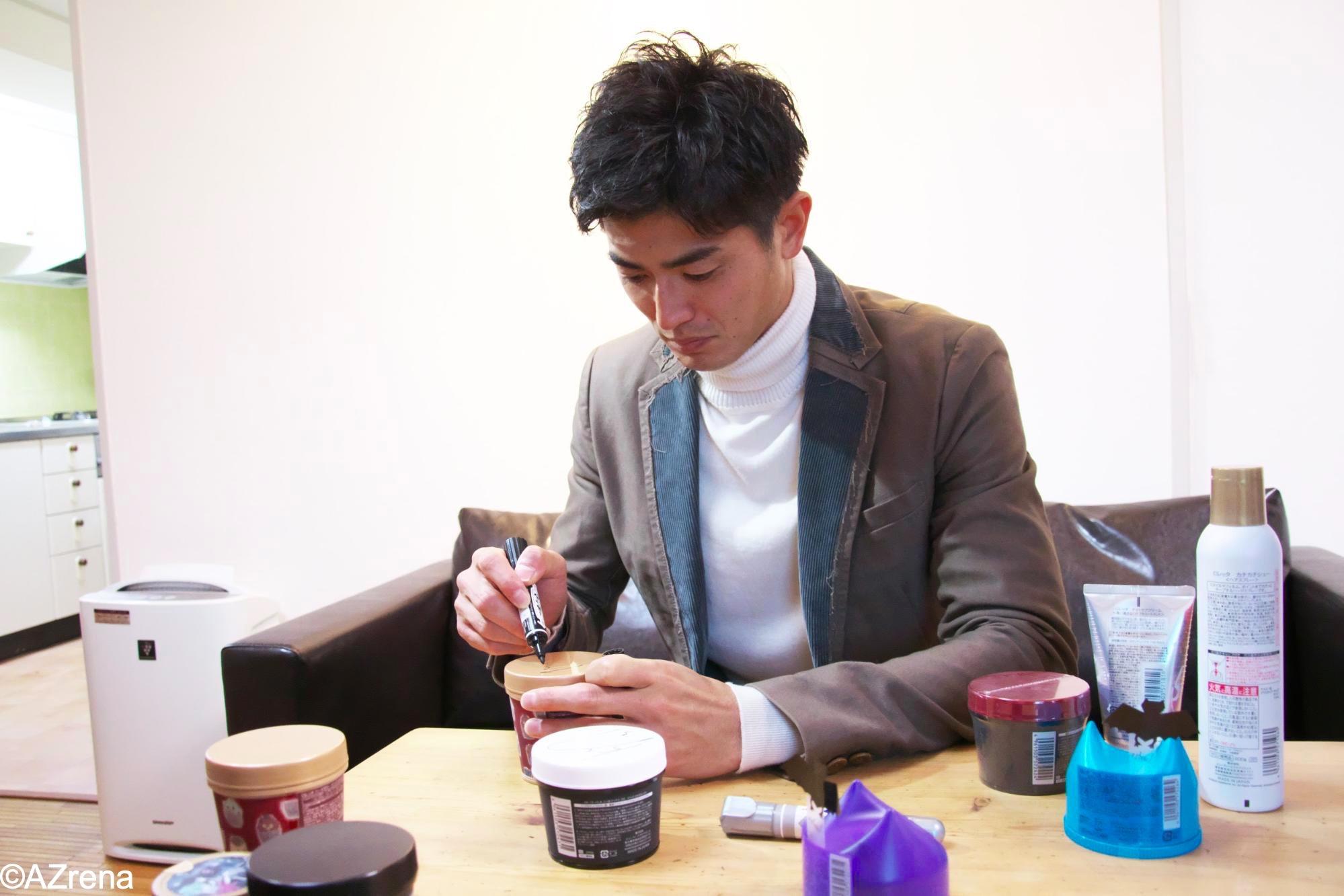 ロレッタ製品にサインを書く谷口彰悟選手