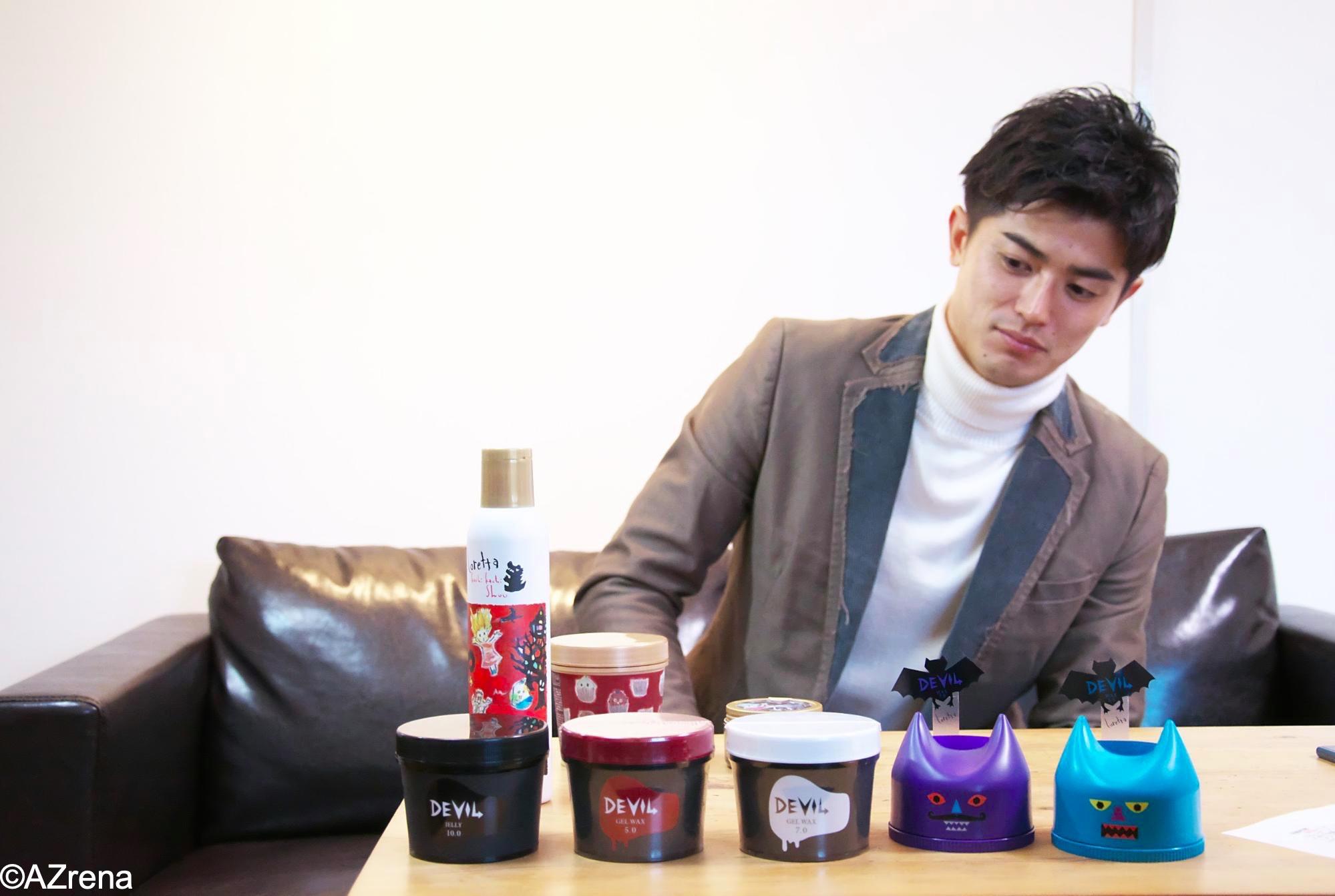 ロレッタのスタイリング剤に興味を示す谷口彰悟選手