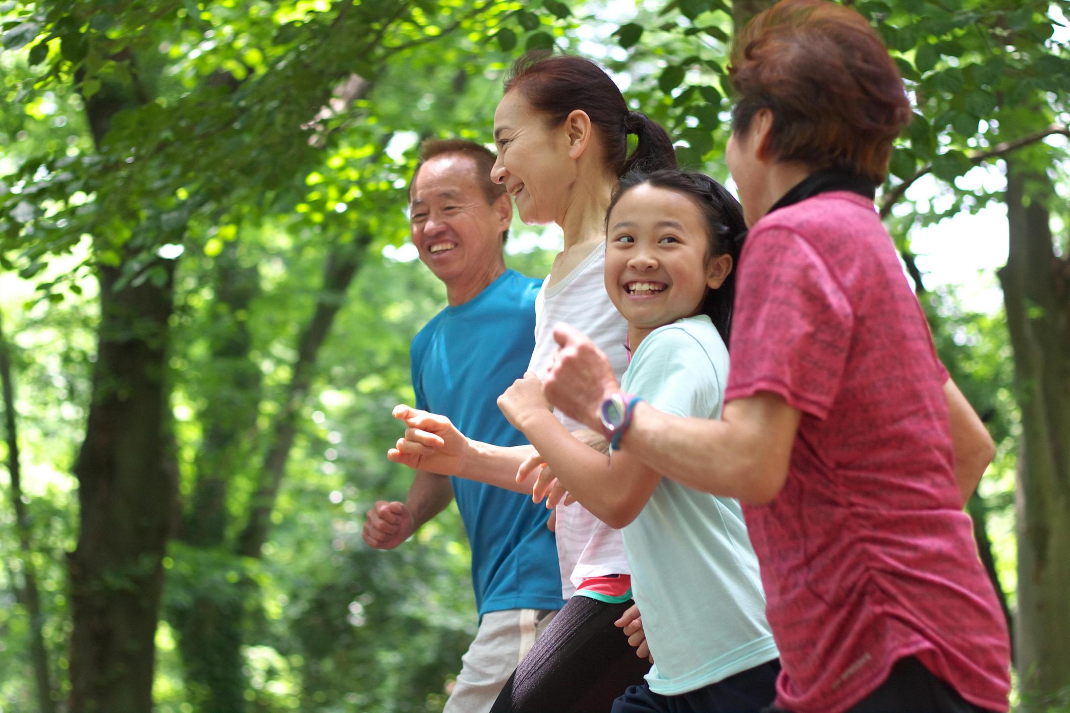 ジョギングを楽しむ家族