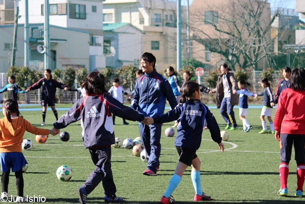 サッカーの指導を行う石尾潤氏