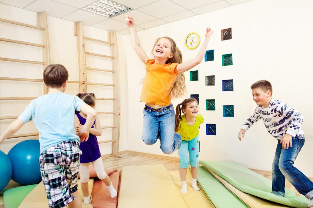 運動を楽しむ子供たち