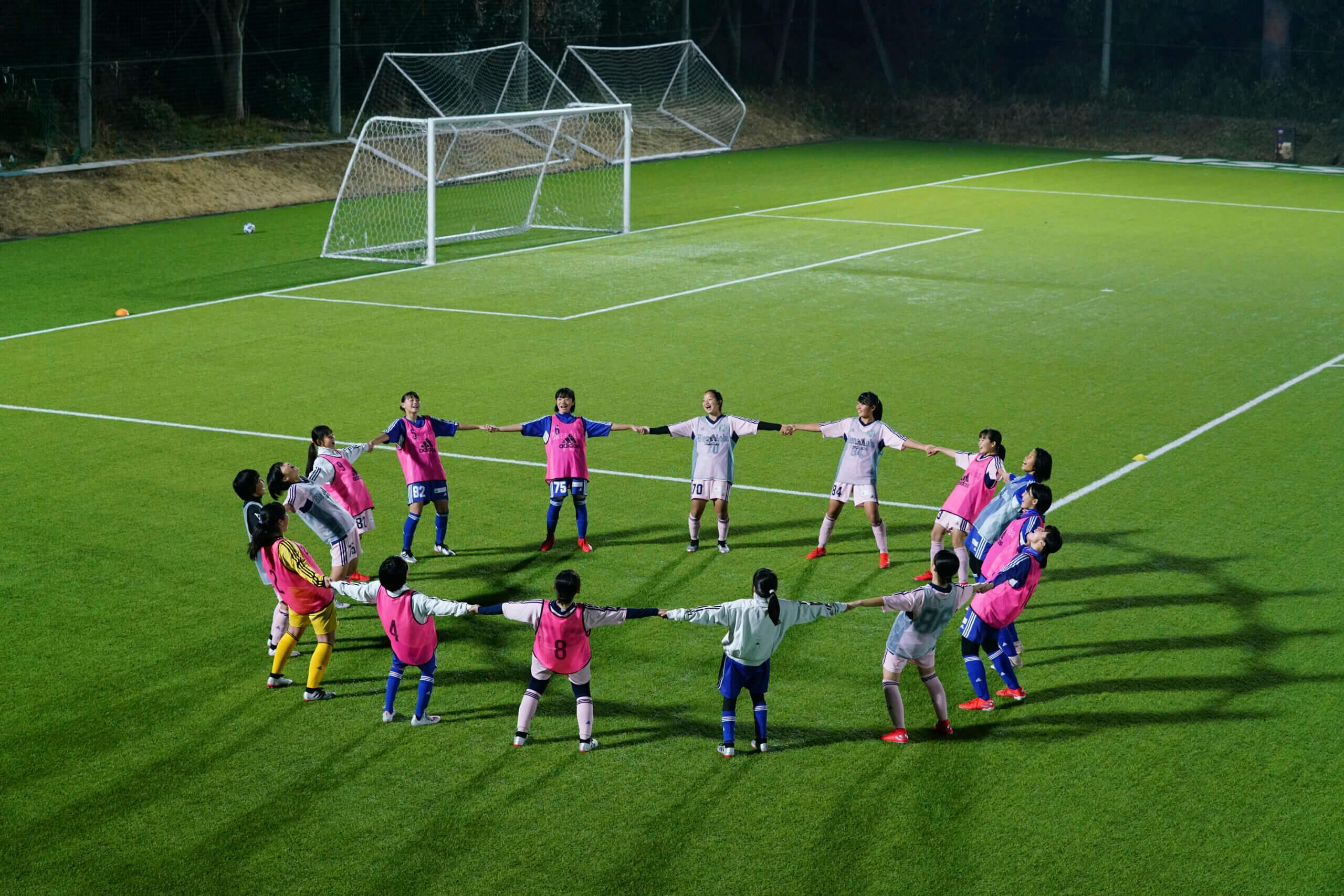 女子サッカーをする少女たち